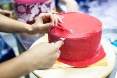 Kokende mastiekcake, cuting oneven mastiek door mes royalty-vrije stock foto