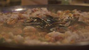 Kokende mosselen, garnalen en pijlinktvis op pan voor paella Kok die zeevruchtenpaella in Spaans restaurant voorbereiden kokend v stock videobeelden