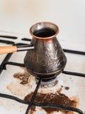 Kokende natuurlijke koffie Koffie in Turk op het weg gekookte gasfornuis Vuil fornuis Het incident in de keuken stock afbeeldingen
