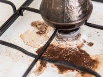 Kokende natuurlijke koffie Koffie in Turk op het weg gekookte gasfornuis Vuil fornuis Het incident in de keuken royalty-vrije stock foto