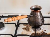 Kokende natuurlijke koffie Koffie in Turk op het weg gekookte gasfornuis Vuil fornuis Het incident in de keuken stock afbeelding