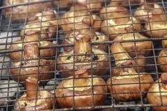 Kokende paddestoelen op de grill Royalty-vrije Stock Fotografie