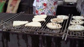 Kokende pastei bij grill stock videobeelden