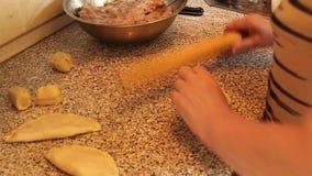 Kokende pastei met vlees stock videobeelden