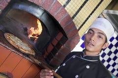 Kokende pizza Stock Foto's
