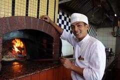 Kokende pizza stock foto