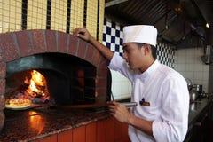 Kokende pizza royalty-vrije stock afbeelding