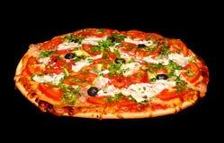 Kokende pizza op zwarte Stock Foto's