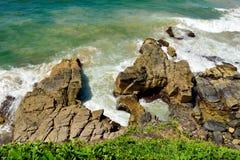 Kokende Pottenrotsen op Vreedzame kustlijn in het Nationale Park van Noosa binnen royalty-vrije stock foto