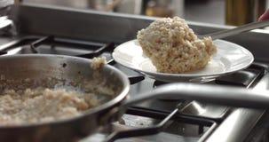 Kokende preien en de video van parmezaanse kaasrisotto stock video
