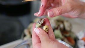 Kokende puisten, voor heerlijk overzees voedsel voor een restaurant Trek me van shell terug stock video