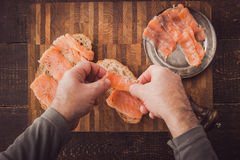 Kokende sandwiches met zalm hoogste mening Stock Foto's