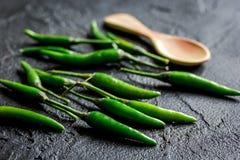 Kokende saus met groene Spaanse peper dicht omhoog peper op de donkere achtergrond van de keukenlijst Royalty-vrije Stock Afbeelding