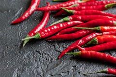 Kokende saus met rode Spaanse peper dicht omhoog peper op de donkere achtergrond van de keukenlijst Royalty-vrije Stock Fotografie