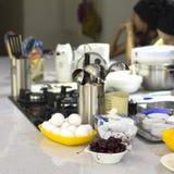 Kokende school Ingrediënten en kokende werktuigen op de lijst C royalty-vrije stock foto