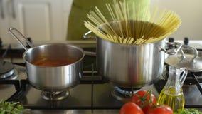 Kokende spaghetti stock videobeelden