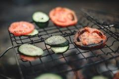 Kokende tomaten en komkommers bij de staak Stock Afbeelding