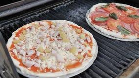 Kokende Traditionele Margherita Pizza met Gezonde, Milieuvriendelijke Natuurlijke Ingrediënten bij Josper-Grill 59 94 fps 4k stock videobeelden