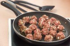 Kokende vleesballetjes op een gebraden gerechtpan royalty-vrije stock foto