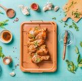 Kokende voorbereiding van ruwe kippentrommelstokken Ruwe gemarineerde Kippenbenen op grillnet met ingrediënten, kruiden, kruiden, royalty-vrije stock afbeeldingen