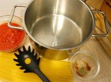 Kokende voorbereiding voor spaghetti met tomatensaus royalty-vrije stock afbeeldingen