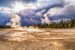 Kokende warm water en stoom bij Lager Geiserbassin in het Nationale Park van Yellowstone