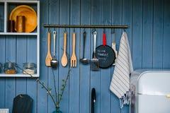 Kokende werktuigen die op houten muur in de keuken hangen Transpar stock foto