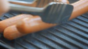 Kokende worsten op de grill stock video