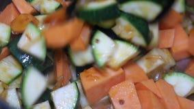Kokende zeevruchten met groenten in ijzerpot stock videobeelden