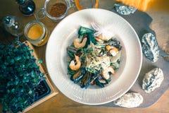 Kokende zeevruchtenmaaltijd, ruwe zeevruchten met mosselen, tweekleppige schelpdieren stock afbeelding