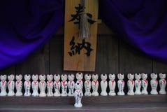 Kokeshi-Puppen am Schrein Stockbild
