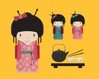Kokeshipop in kimono met traditionele Japanner Stock Fotografie