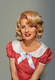 Kokett blond flicka för Retro utvikningsbrud Royaltyfri Foto