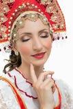 Kokett stående för ung kvinna i traditionell dräkt för ryss Arkivfoto