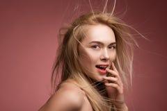 Kokette Dame mit chaotischem Hairstyling lizenzfreies stockbild