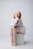 Kokette kleine Ballerina, die an der Kamera aufwirft Stockbilder