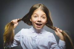 Kokettes Mädchen Hübsches jugendlich Lächeln des Nahaufnahme-Porträts lokalisiert auf Grau Lizenzfreies Stockfoto