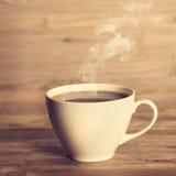 Kokhett kaffe i den vita koppen Arkivbild