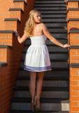 Kokieteryjna młoda piękna kobieta Zdjęcie Royalty Free