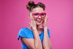 Kokietki urocza młoda dziewczyna z różowymi szkłami zdjęcia stock