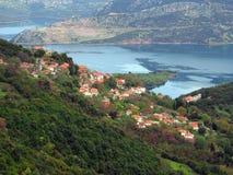 Kokinos by som förbiser sjön Mornos Royaltyfria Foton