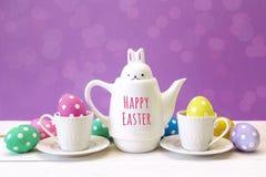 Kokkärl-hare med med påsk, koppar och ägg för meddelande lycklig på ett p Royaltyfria Foton