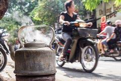 Kokkärl med boilngvatten för te på gatan av Hanoi, Vietnam arkivfoto