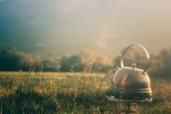 Kokkärl på en gasbrännare Te utomhus Danandete i den öppna luften arkivbild