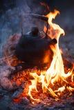 Kokkärl som sätts i det utomhus- brandstället royaltyfria bilder