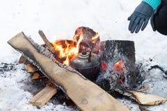 Kokkärlet kokar på brandlägereld arkivfoto