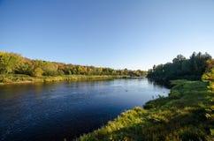 Kokkärlflod, i att förbjuda delstatsparken Minnesota under en solig autu royaltyfri foto