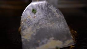 kokkonst 4K chiken Kocken Cook ett rått chiken köttbiff på gallret stock video
