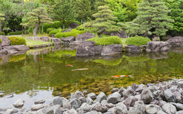 Kokoen庭院池塘在姬路城堡,日本附近的 免版税库存照片