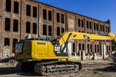 Kokomo -大约2016年11月:毛虫329E水力挖掘机拆毁一家被放弃的工厂II 库存照片